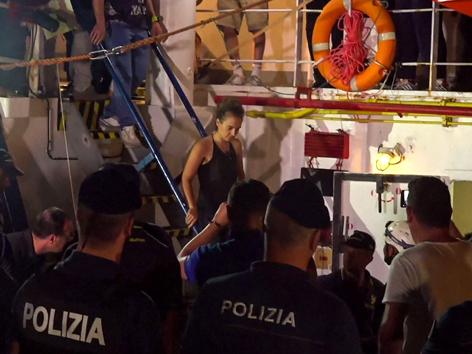 Carola Rackete geht von Bord der Sea Watch