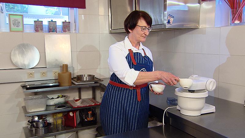Andrea Grabner macht eine Joghurttorte