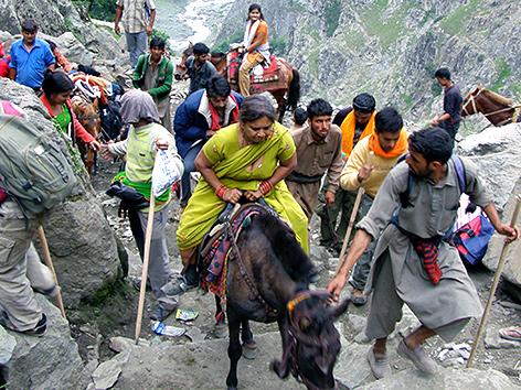 Hindu-Pilger auf dem Weg zum Amarnath-Heiligtum im Himalaya-Gebirge