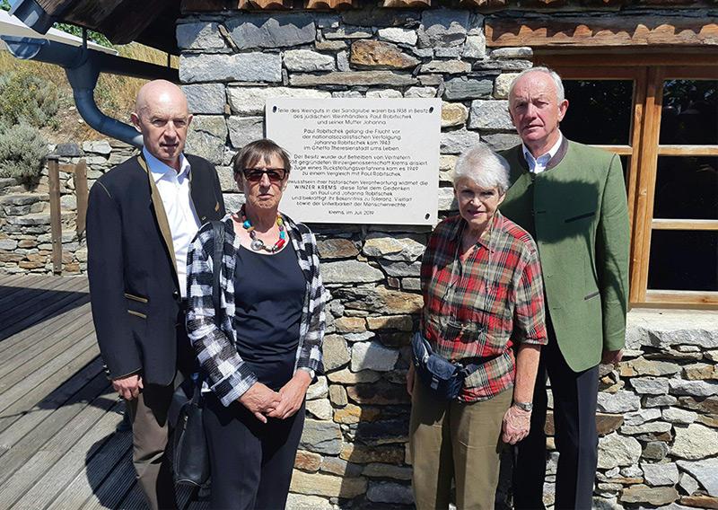 Franz Ehrenleitner, Historikerin Brigitte Bailer-Galanda, Juana-Charlotta Robitschek sowie Franz Bauer bei der Enthüllung einer Gedenktafel in Krems.