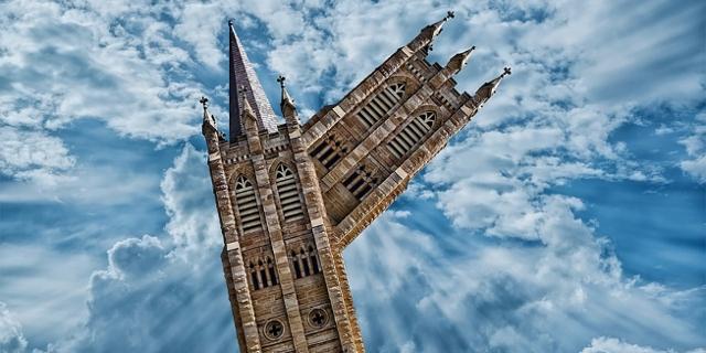 Kirchturm im Traum gebogen