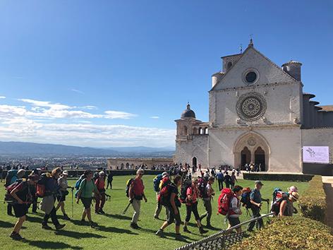 Pilger vor der Franziskus-Basilika in Assisi