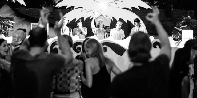 Menschen tanzen vor der Bühne bei FM4 Unlimited am Attersee