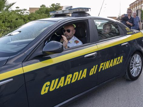 Carola Rackete in einem Guardia di Finanza Auto