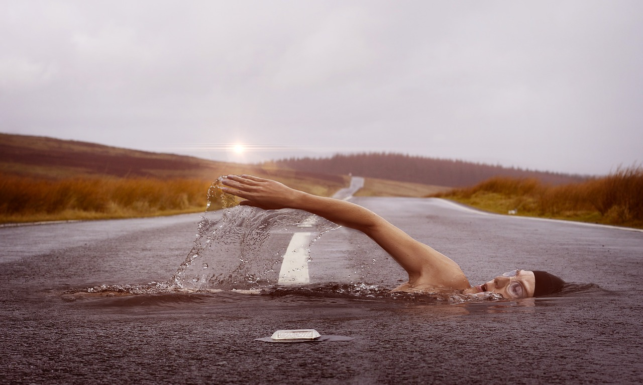 Frau schwimmt im Traum in einer Straße