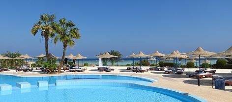 Pool vor einem Hotel