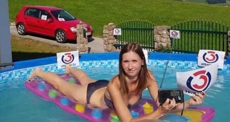 Ramona Hotz mit Radio im Pool
