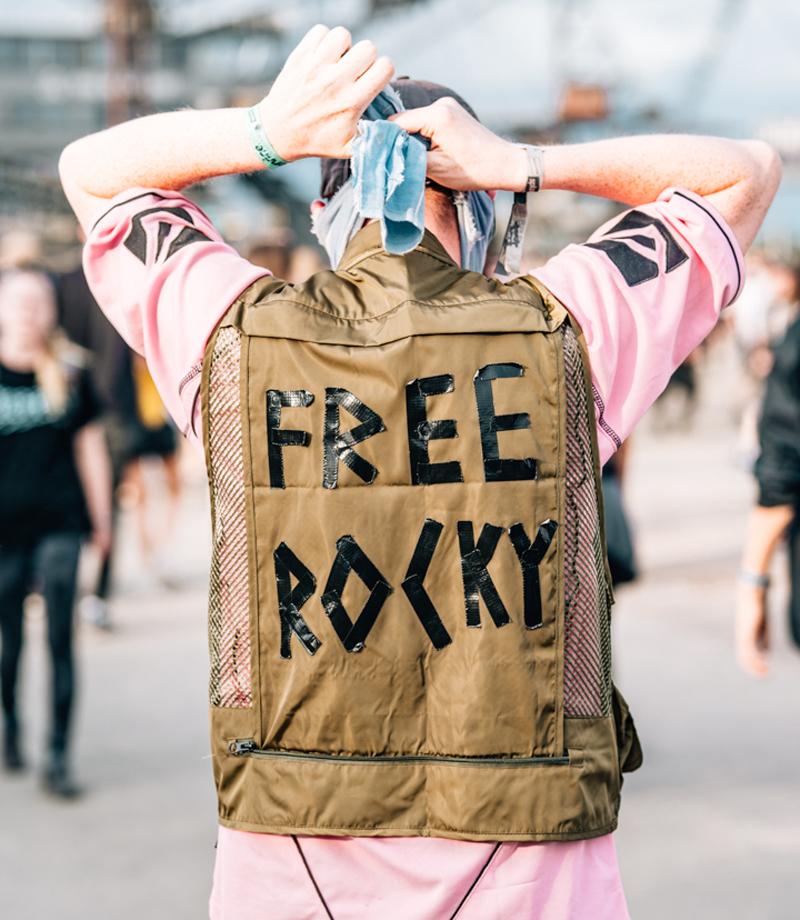 """Festival-Besucher mit """"Free Rocky"""" am Rücken"""