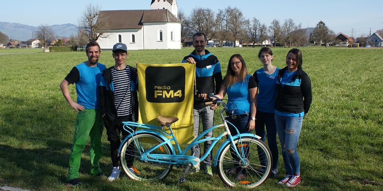 Fahrradwerkstatt-Team mit Fahrrad