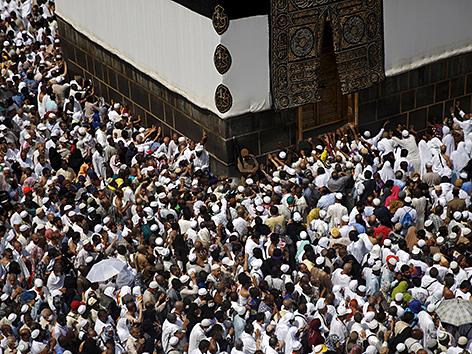 Pilgerinnen und Pilger umrunden die Kaaba in Mekka, Hadsch 2015
