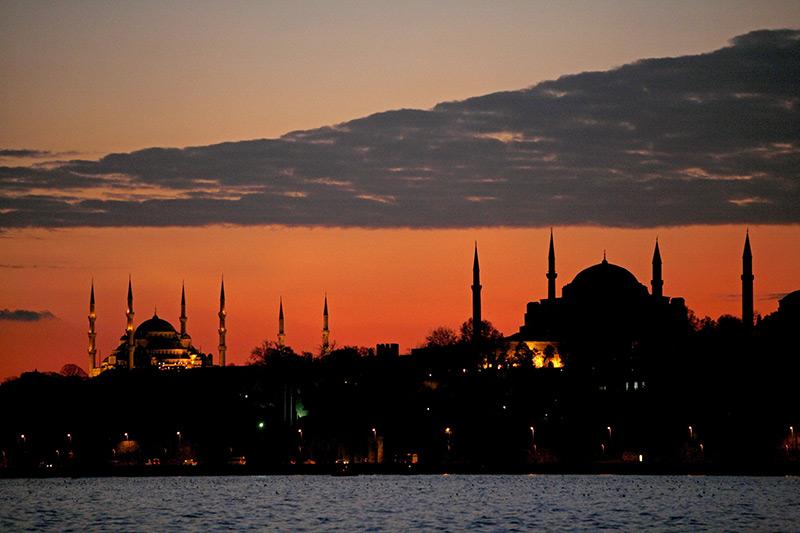 Der Sonnenuntergang taucht das Hagia Sophia-Museum und die Blaue Moschee in Istanbul in rotes Licht