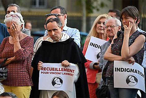 Menschen beten bei einer Demonstration für den mittlerweile verstorbenen Komapatienten Vincent Lambert