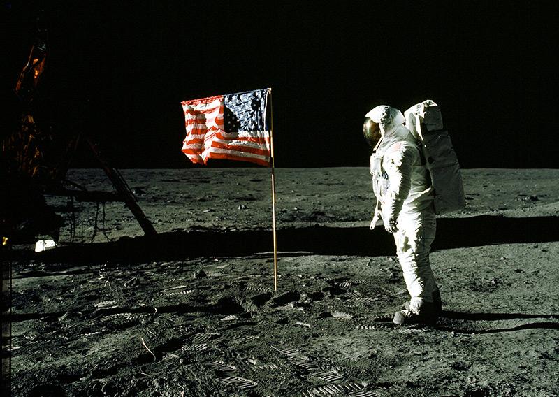 Astronaut Edwin Aldrin bei der ersten Mondlandung neben der US-Flagge