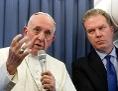 Papst Franziskus auf dem Rückflug von einer Irland-Reise im August 2018 mit dem damaligen Vatikan-Sprecher Greg Burke