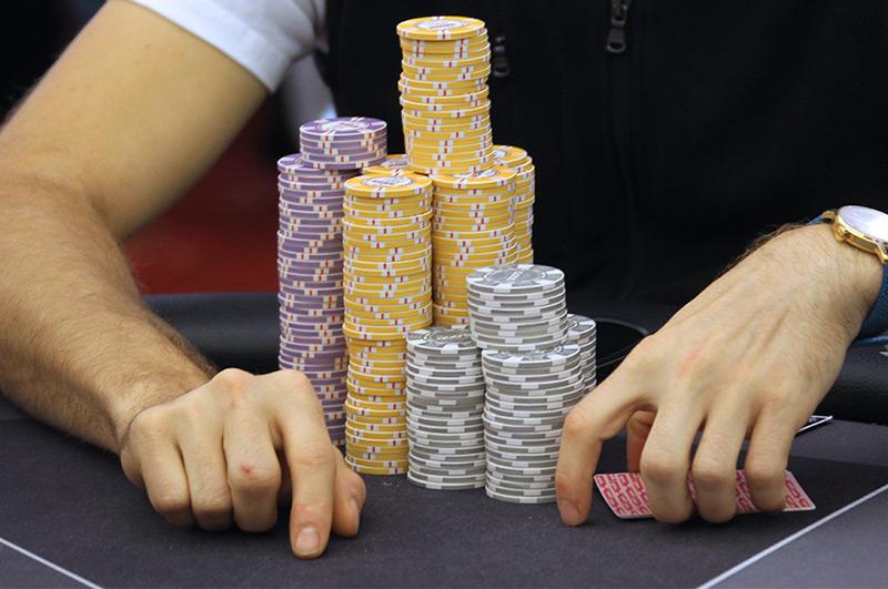 Geldjetons und Pokerkarten auf einem Spieltisch