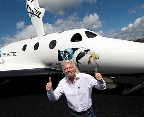 Richrad Branson vor einem Modell des kommerziellen Virgin Galactic-Spaceliners