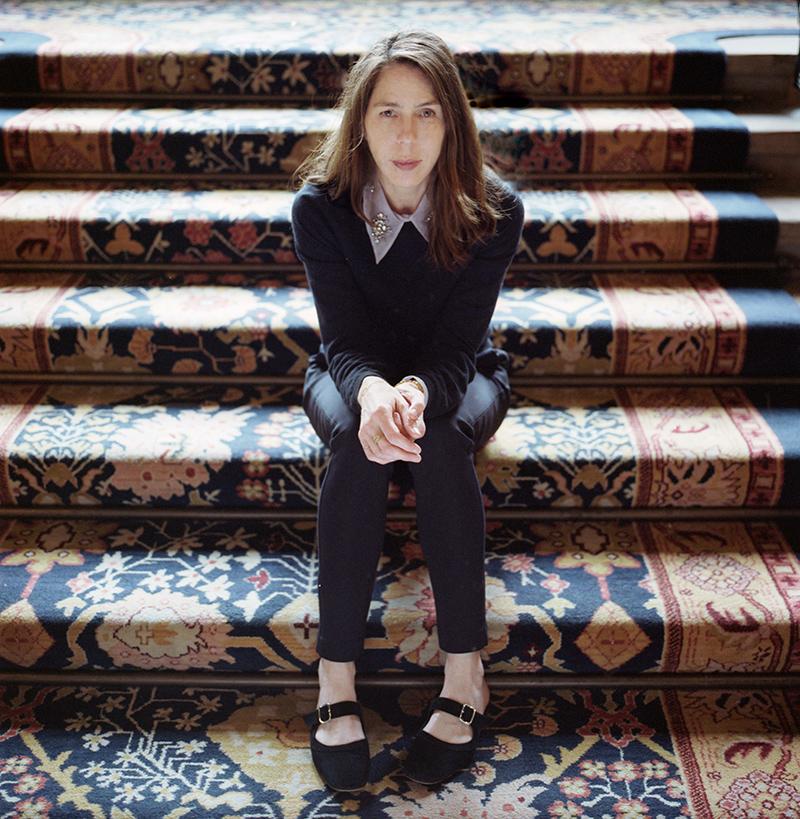 Rachel Kushner sitzt auf Treppenstufen