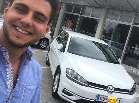 Sebastian Winkler mit seinem neuen Auto