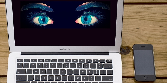 Laptop mit Augen --> Big Data