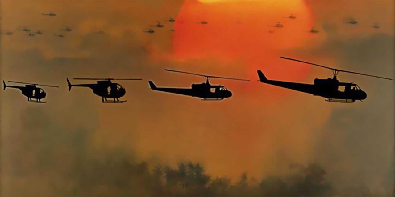 Hubschrauber fliegen vor untergehender Sonne