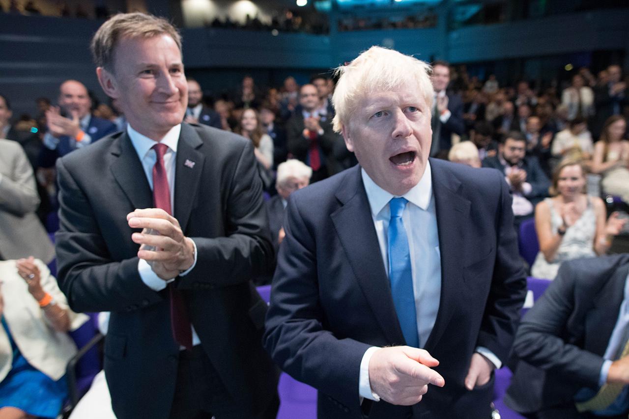 Boris Johnson neben seinem Konkurrenten Jeremy Hunt bei der Verkündung des Ergebnisses