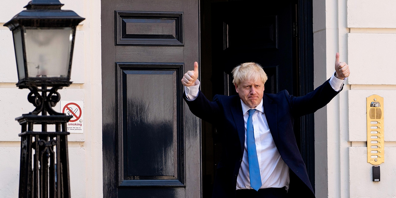 Boris Johnson vor Downing Street