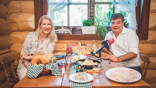 Werner Kogler beim Frühstück mit Claudia Stöckl