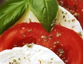 Insalata Caprese mit Mozzarella, Paradeisern und Basilikum