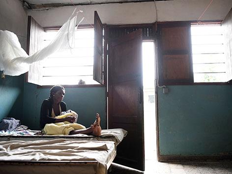 Fathy mit ihrem kleinen Sohn Lutula in einer Gesundheitsklinik im Kongo