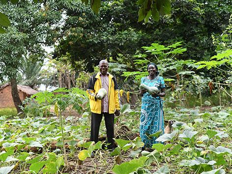 Das Bauernpaar Pierre Jean-Claude und Albertine  in der DR Kongo auf einem Kürbisfeld.