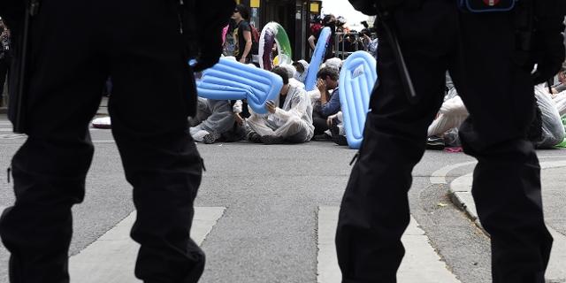 Polizisten von Hinten bei der Demo gegen Identitiäre