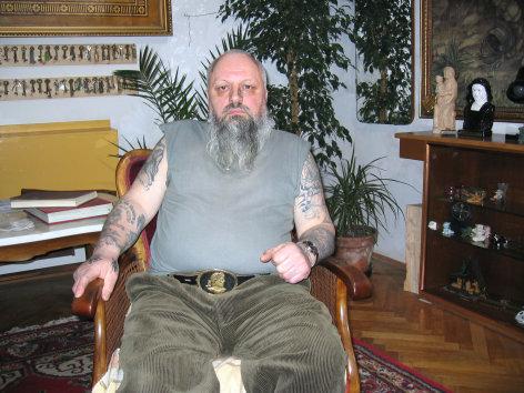 Vorschaubild, Beschreibung siehe Text       Alltagsgeschichte  Tätowiert  Originaltitel: AUT 2004