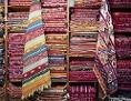 Ein Regal voll mit Teppichen an einem Marktstand in Tunis