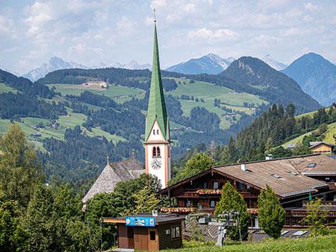 Kirche in Alpbach vor den Bergen