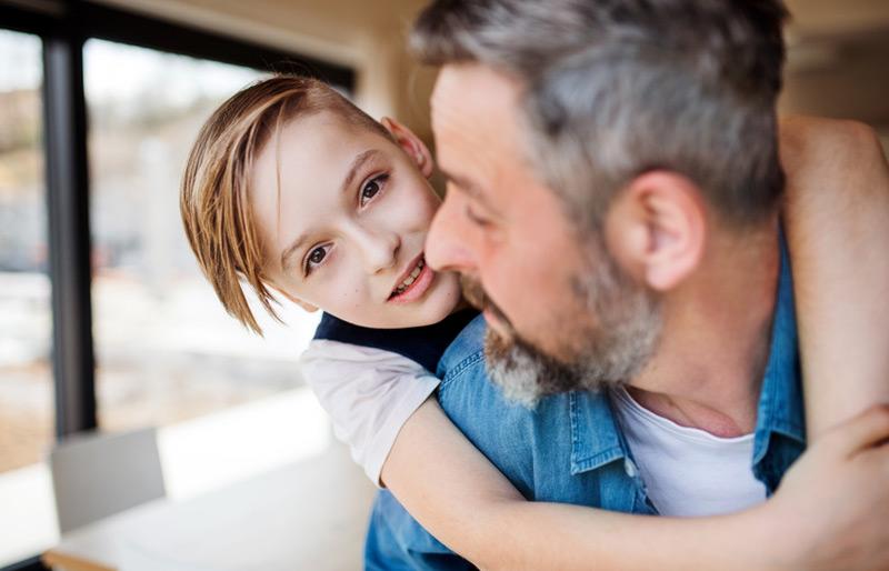 älterer Vater mit Sohn