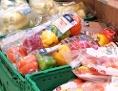 Eingeschweißtes Obst und Gemüse im Supermarktregal