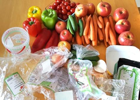 Plastikmüll nach dem Auspacken von Gemüse und Obst