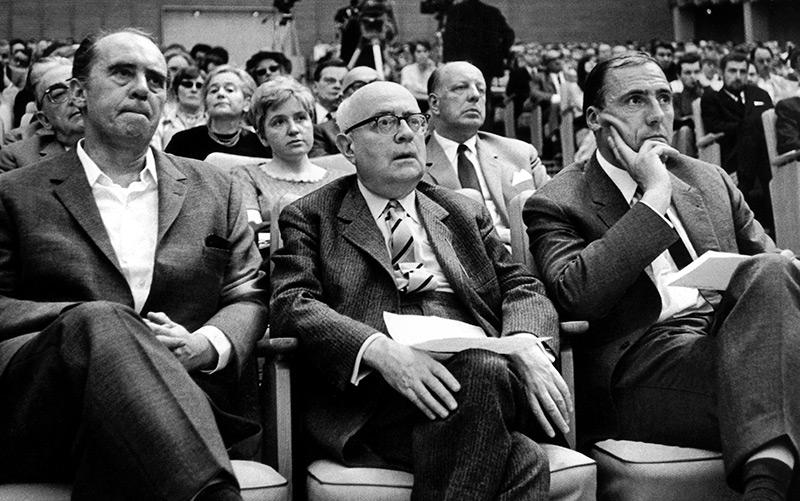 Mai 1968: der Schriftsteller Heinrich Böll (ganz links), Theodor W. Adorno und Suhrkamp-Verleger Siegfried Unseld bei einer Veranstaltung in Frankfurt am Main