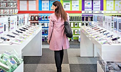 Eine Frau sieht sich in einem Geschäft Handys an