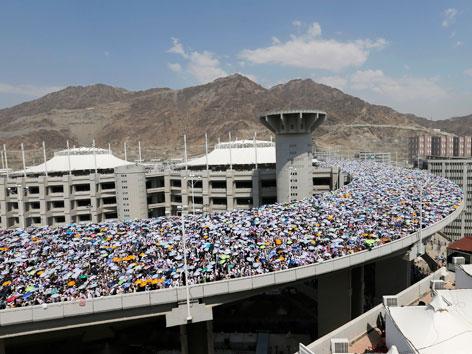 Tausende Pilgerinnen und Pilger auf einer Brücke auf dem Weg zur symbolischen Steinigung des Satans im Zuge des Hadsch.