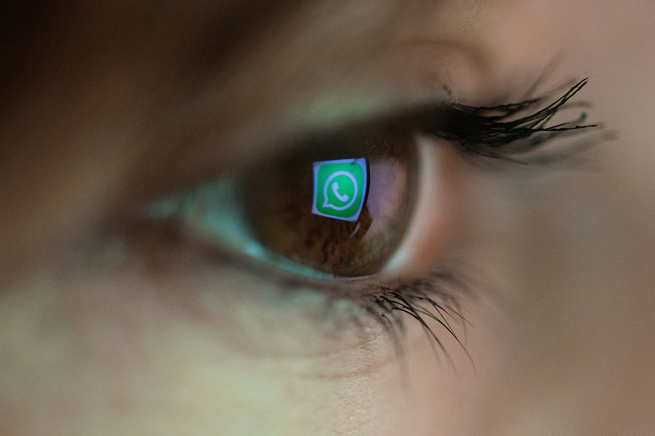 Ein Auge, in dem sich das WhatsApp-Logo spiegelt