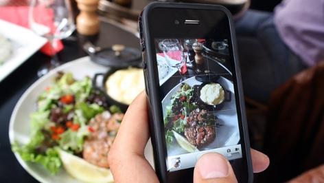 Jemand fotografiert sein Essen für Instagram - Foodporn!