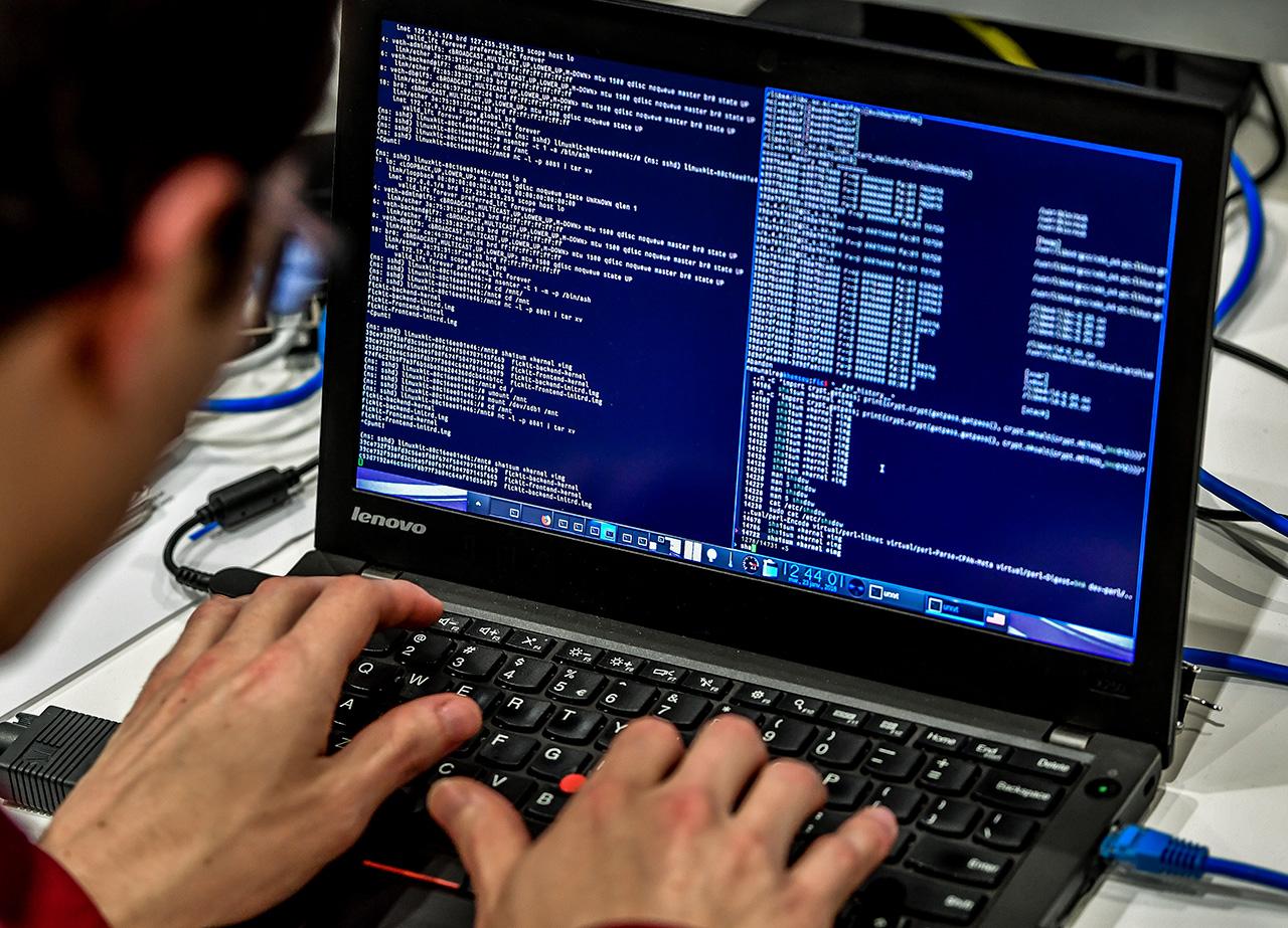 Ein Laptop mit Hacker-Code