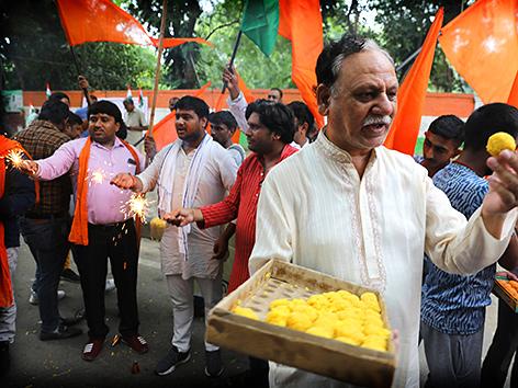Rechtsgerichtete Hindus feiern die Ankündigung der indischen Regierung, den Sonderstatus für Kaschmir aus der indischen Verfassung zu streichen, 5. August 2019, Neu-Delhi