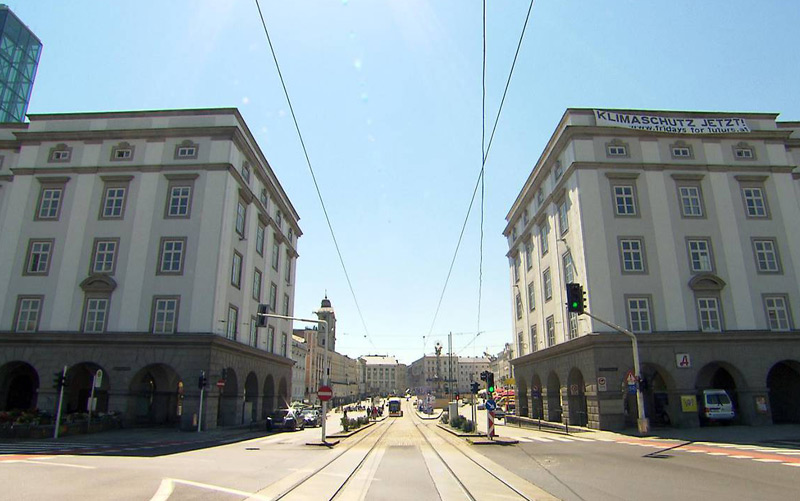 Am Hauptplatz in Linz dominiert Stein, das die Hitze stark speichert