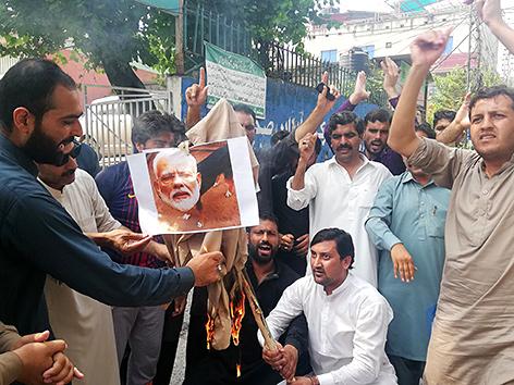 Pakistanische Kashmiris verbrennen ein Foto des indischen Prenierministers Narendra Modi in Muzaffarabad, der Hauptstadt des teilautonomen Gebietes Azad Kashmir in Pakistan