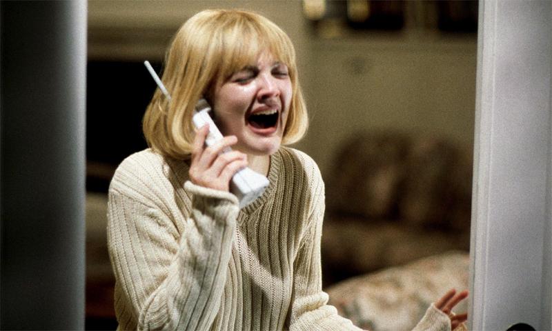 Schreiende Frau am Telefon