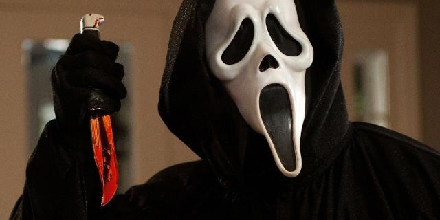 Person mit Maske und blutigem Messer