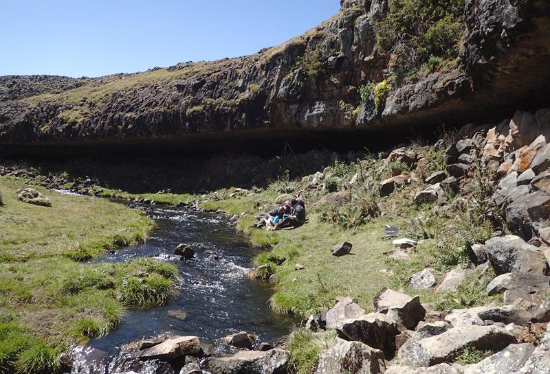 Felsvorsprung in äthiopischen Gebirge, unter dem Menschen schon vor 40.000 Jahren lebten