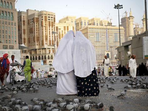 Pilgerinnen vor der Großen Moschee in Mekka